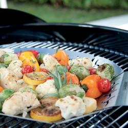 8586544c3e3 Faites griller et sauter vos légumes grâce à ce panier petit modèle qui se  pose sur votre barbecue Weber. Il sera parfait pour réussir  l accompagnement de ...